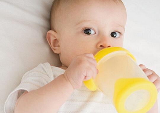 宝宝自己喝水