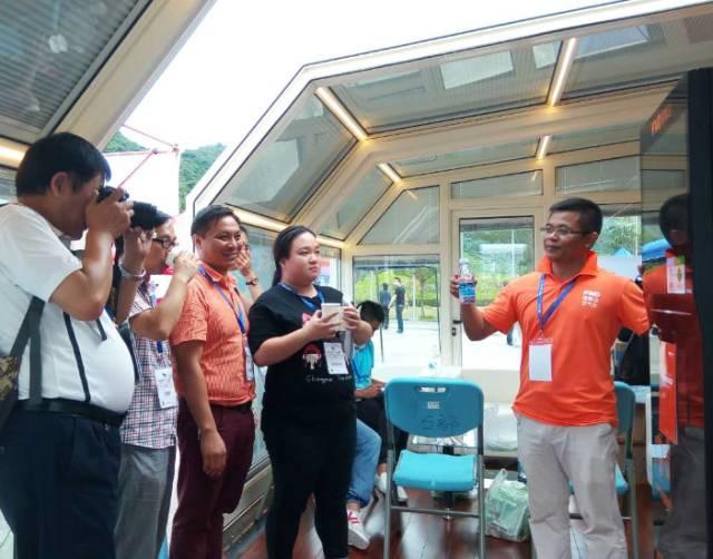 福能达相关工作人员现场介绍空气水咖啡机
