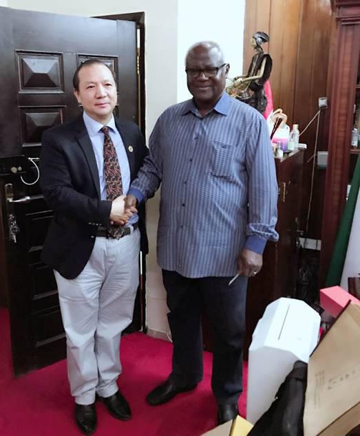 塞拉利昂总统与福能达公司总裁友好交流