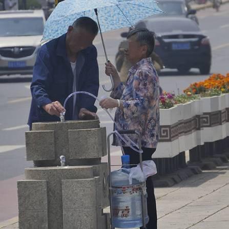 直饮水点取水的市民