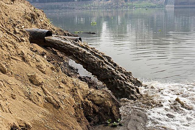 被工业生产中的废水等污染物污染过的水