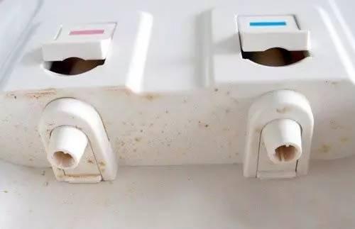 饮水机内的进、出水口等是灰尘与细菌的主要集中地