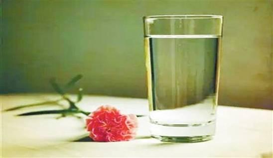 美好的清晨除了早安,还要加一句:起来记得喝水哦!