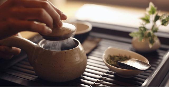 中年人喝茶