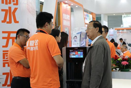 赵总在向客户介绍空气制水机