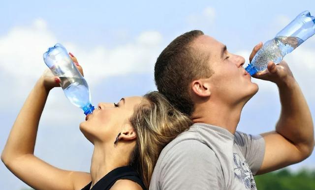多喝水可以预防肾结石