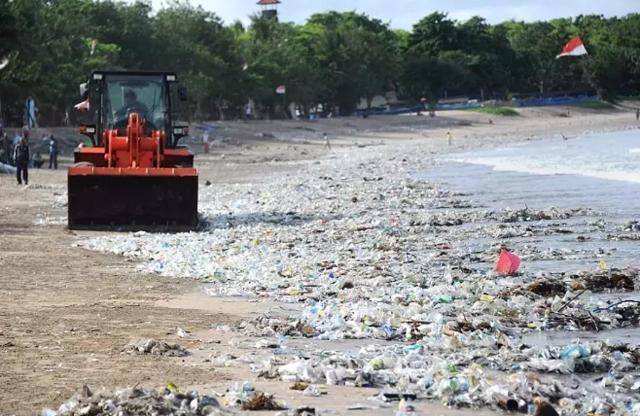 最美海岸被密密麻麻成吨的塑料垃圾所包围