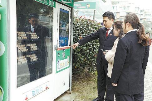 检察官对自动售货机整改情况进行回访